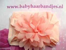 Brede zalm roze nylon baby haarband met  chiffon toef.