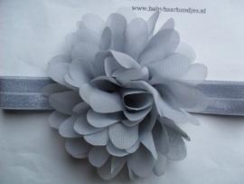 Smalle grijze baby haarband met chiffon toef.