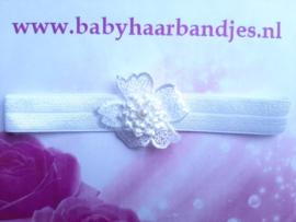 Voor de allerkleinste wit haarbandje met bloem.