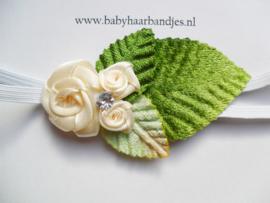Super smal wit baby haarbandje met ecru roosjes.
