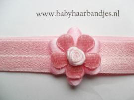 Voor de allerkleinste roze haarbandje met roosje.