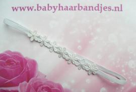 Super smal wit baby haarbandje met  bloemetjes en pareltjes.
