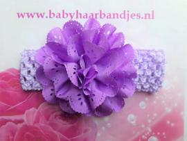 Gehaakte paarse haarband met kanten bloem.