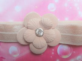 Smalle zandkleurige baby haarband met bloemetje .