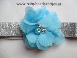 Voor de allerkleinste zilver haarbandje met blauw bloemetje.