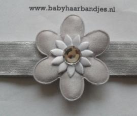 Smalle grijze baby haarband met grijs/witte bloem.