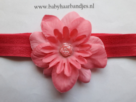Donker roze baby haarband met bloem.