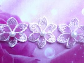 Smalle roze baby haarband met kanten bloemetjes.