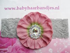 Grijze kanten baby haarband met grote oud-roze bloem en stras.