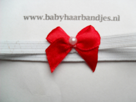 Voor de allerkleinste super smal wit haarbandje met rood mini strikje.