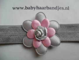 Voor de allerkleinste grijs haarbandje met grijs/roze bloem.