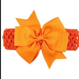 Gehaakte oranje haarband met strik.