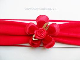 Rode baby haarband met bloemen.