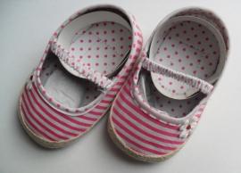Baby schoentjes fuchsia/roze gestreept  maat 6 tot 12 maanden.