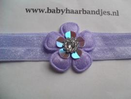 Voor de allerkleinste lila haarbandje met bloem.