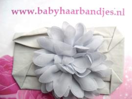 Grijze nylon baby haarband met chiffon bloem.