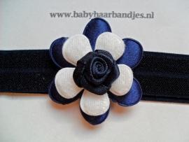 Smalle donkerblauwe baby haarband met bloem.