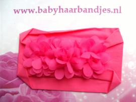 Brede fuchsia nylon baby haarband met 3 chiffon toefjes.