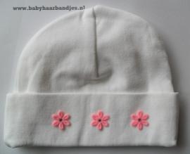 100% katoenen babymutsje met roze bloemetjes.