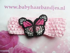 Gehaakte roze baby haarband met vlinder.