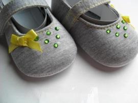 Grijze baby schoentjes met gele strikjes en steentjes. Maat 6 tot 12 maanden.