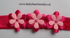 Smalle fuchsia baby haarband met bloemetjes.