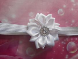 Voor de allerkleinste super smal wit haarbandje met bloemetje.