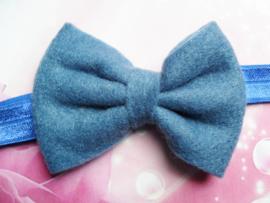 Smalle blauwe baby haarband met vilten strikje.