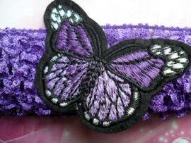 Gehaakte paarse haarband met vlinder.