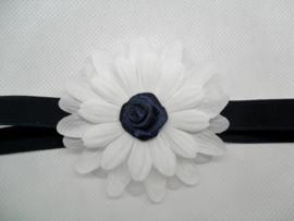Smalle donker blauwe baby haarband met witte bloem.