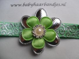 Voor de allerkleinste groen barok haarbandje met bloem en parel.
