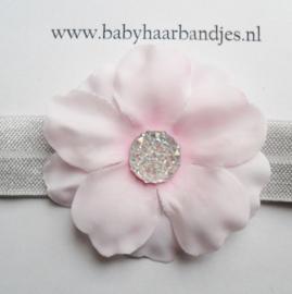 Smalle licht grijze baby haarband met roze bloem.