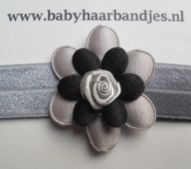 Smalle grijze baby haarband met grijs/zwart bloemetje.