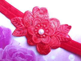 Smalle rode baby haarband met rood kanten bloem.