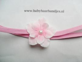 Voor de allerkleinste roze haarbandje met roze bloemetje.