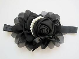 Smalle zwarte baby haarband met chiffon bloem en parelketting.