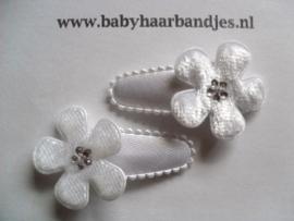 3 cm baby haarknipje met witte bont bloemetjes.