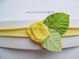 Voor de allerkleinste geel nylon haarbandje met roosje.