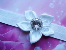 Voor de allerkleinste wit haarbandje met bloem en steen.
