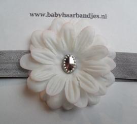 Smalle grijze baby haarband met bloem.