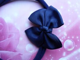 Voor de allerkleinste blauw nylon haarbandje met strikje.