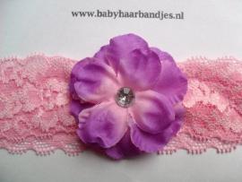 Kanten roze baby haarband met paars/roze bloem.