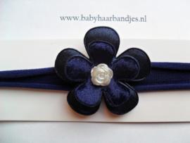 Voor de allerkleinste donker blauw nylon haarbandje met bloem.
