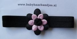 Voor de allerkleinste zwart haarbandje met roze/zwart bloemetje.