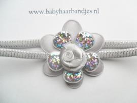 Super smal grijs/zilver baby haarbandje met bloem.