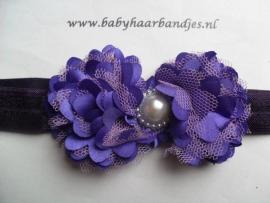 Smalle paarse baby haarband met rozetjes.