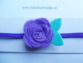 Super smal paars baby haarbandje met vilten roosje.