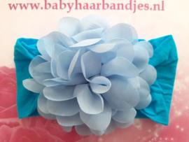 Super zacht blauw nylon haarbandje met chiffon toef.