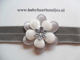Smalle grijze baby haarband met bloemetjes.