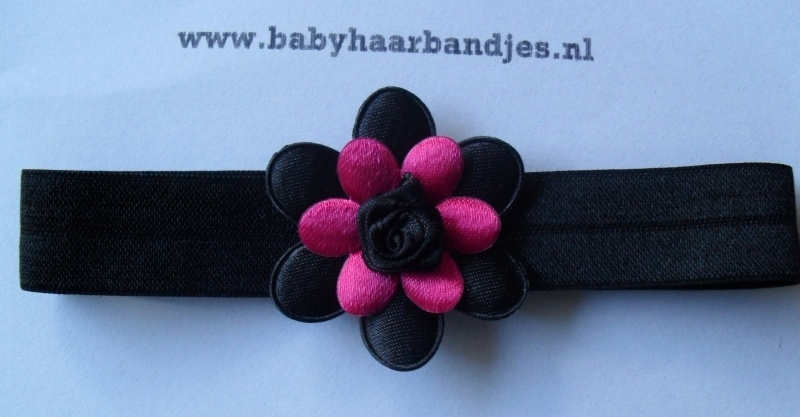 Voor de allerkleinste zwart haarbandje met fuchsia/zwart bloemetje.
